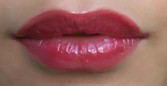 口紅との重ね付けエターナルリップグロス ピンク